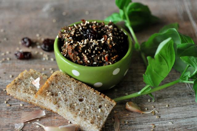 Pasta z suszonych pomidorów, czarnych oliwek i żurawiny