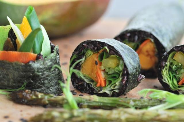Sushi z czarnego ryżu i szparagów