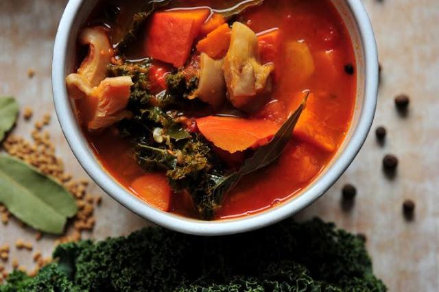Jesienna zupa z dyni, boczniaków i jarmużu
