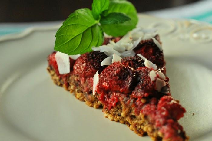 Ciasto z poppingiem z kaszy jaglanej i truskawkami