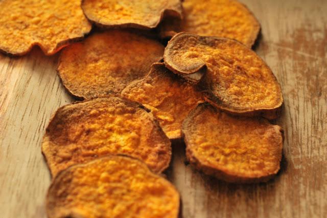 Chipsy z batatów z kremowym awokado