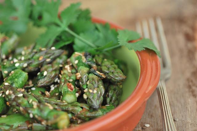 Szparagi, kolendra i sezam