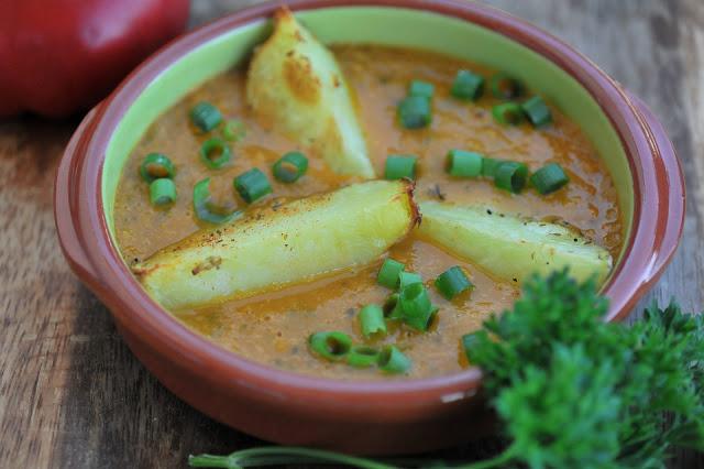 Pomidorowa zupa z cukinii  z pieczonymi ziemniakami