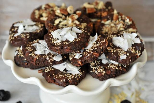 Ciasteczka z cieciorki, jaglanki i suszonych śliwek
